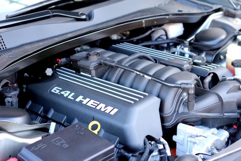 6 4 liter v8 hemi engine of 2012 chrysler 300 srt8 alain for Motor for chrysler 300